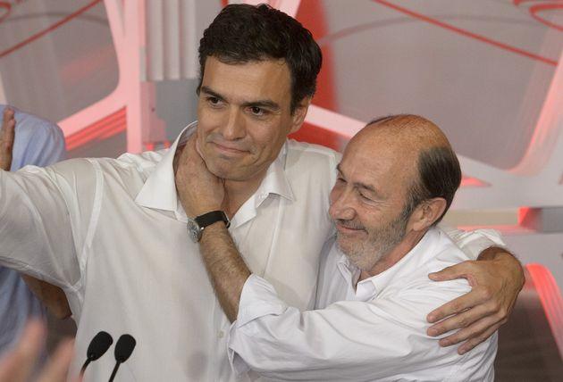 Rubalcaba abraza a Sánchez tras imponerse en las primarias