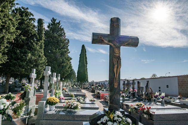 Un entierro con más de cien personas en Granada termina con 63 multas por incumplir las