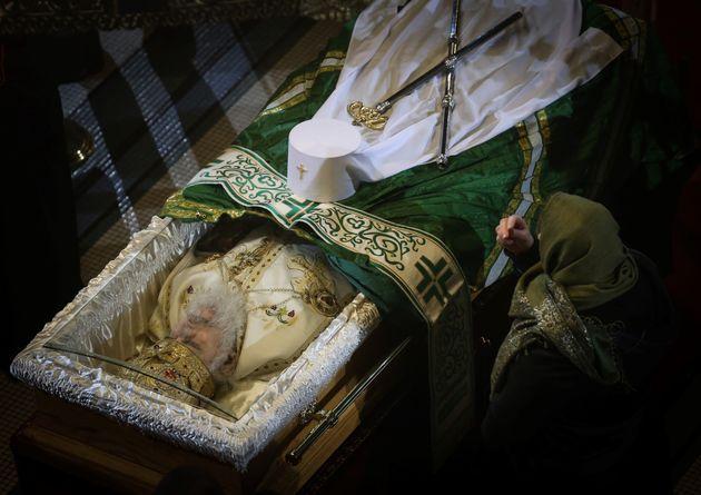 Φιλιά και συνωστισμός στο λαϊκό προσκύνημα του Πατριάρχη Ειρηναίου στη