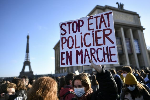 """""""Liberté-Liberté"""", Parigi manifesta contro la legge che vieta di filmare la"""