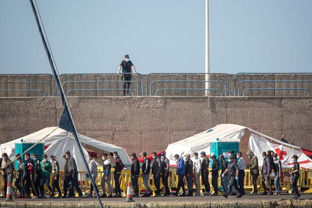 Ábalos niega que el Gobierno vaya a estabilizar un campamento de inmigrantes en