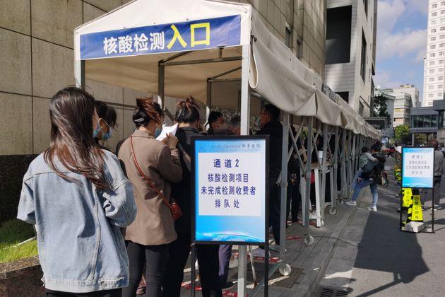 PCR検査の列に並ぶ人たち 上海市/11月13日 (Photo credit should read Feature China/Barcroft Media via Getty