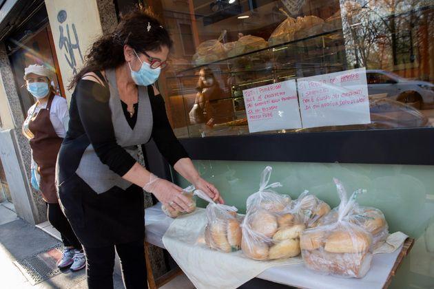 生活困窮者のためにパンを提供するミラノの店(記事の店とは関係がありません)