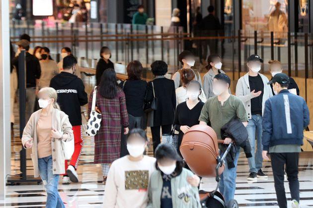신종 코로나바이러스 감염증(코로나19) 예방을 위해 실시하던 사회적 거리두기가 개편 적용된 7일 서울 시내 한 쇼핑몰에서 시민들이 쇼핑을 하고