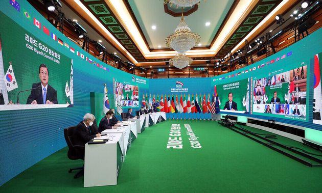 La cumbre de 20 países importantes a la que asistieron los líderes de cada país, incluido el presidente Moon Jae-in, se llevó a cabo como una videoconferencia no presencial en la Casa Azul la noche del 21 debido a Corona 19.