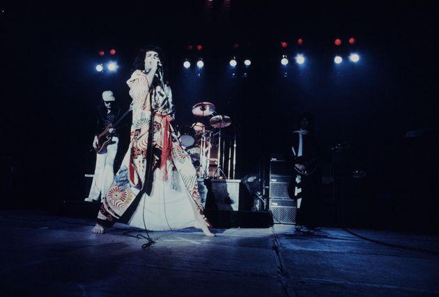 1976年3月22日に日本武道館で行われたライブでは、着物でパフォーマンスした