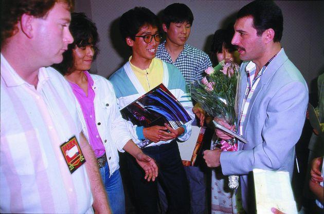 1985年5月、ファンと交流するフレディ・マーキュリー