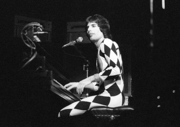 1975年11月29日、ロンドンにて。この衣装はフレディ・マーキュリーが着ていたものの中で最も有名なものの一つだろう。