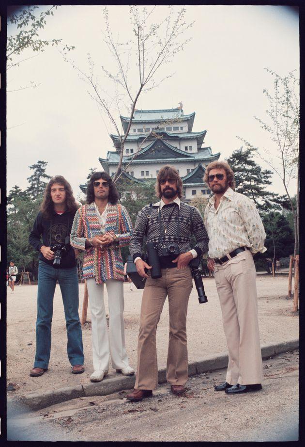 1975年4月22日、名古屋城の前で。左からジョン・ディーコン、フレディ・マーキュリー、マネージャーたち