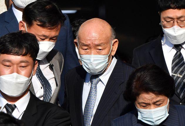 고(故) 조비오 신부에 대해 사자명예훼손 혐의를 받는 전두환씨가 27일 오후 광주지법에서 열린 재판을 마친 뒤 법원을 나서고