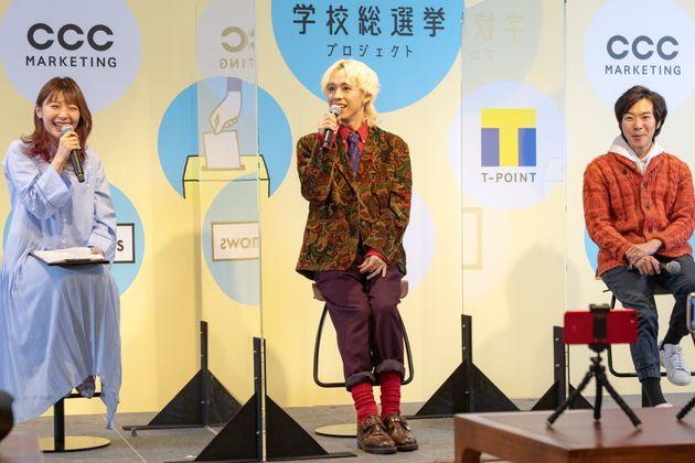 選択的夫婦別姓について意見を交わす(左から)辻愛沙子さん、りゅうちぇるさん、音喜多駿さん