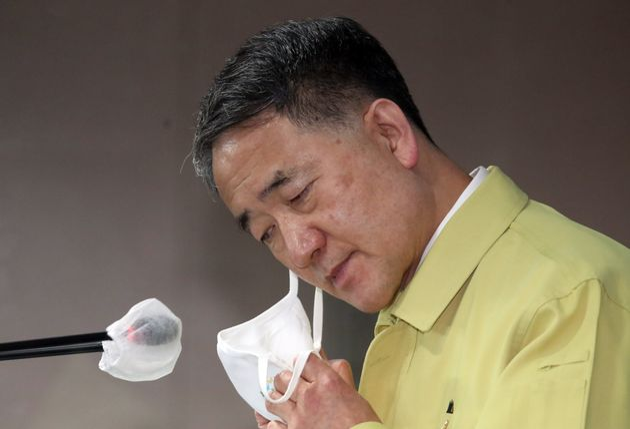 박능후 보건복지부 장관이 22일 서울 세종로 정부서울청사 브리핑룸에서 코로나19 대응 중대본회의 결과를 발표하기 위해 마스크를 벗고