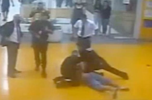 Novo vídeo mostraJoão Alberto Silveira Freitas sendo asfixiado na presença...