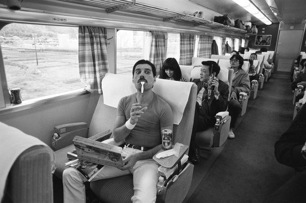 1982年10月25日、アルバム「ホット・スペース」のツアーで、大阪から名古屋への移動中に駅弁を食べるフレディ・マーキュリー
