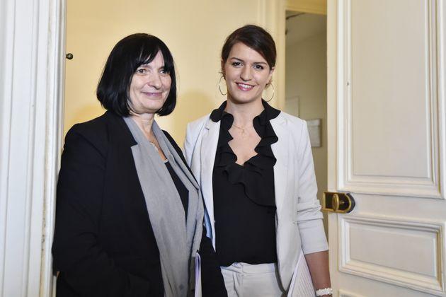 La psychiatre Muriel Salmona remet son manifeste contre l'impunité des crimes sexuels à Marlène Schiappa,...