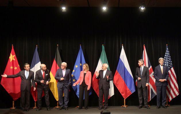 (자료사진) 중국, 프랑스, 독일, 유럽연합, 이란, 영국, 러시아, 미국의 외교 장관들이 참석한 가운데 역사적인 이란 핵합의 협상을 마친 뒤 기념사진 촬영을 하고 있는 모습. 비엔나,...