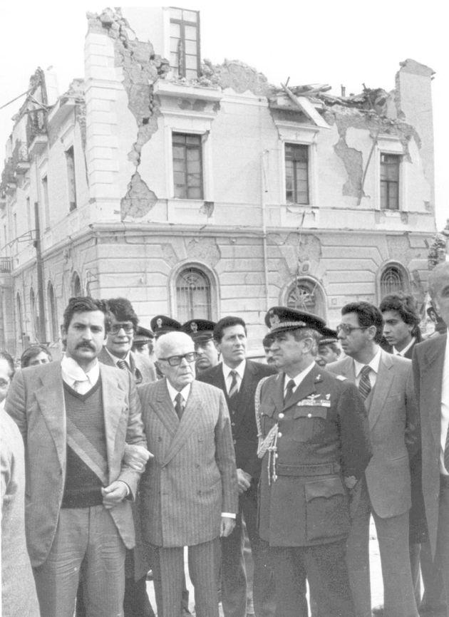Il presidente della Repubblica Sandro Pertini vistita i paesi colpiti dal terremoto in Irpinia del 23...