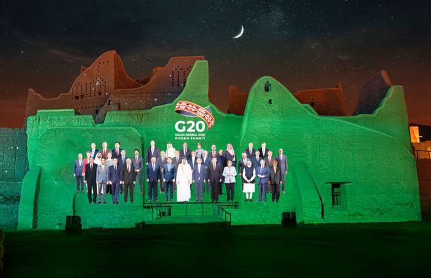 Foto de familia del G20 proyectada en los muros del palacio de Salwa, en At Turaif, Arabia Saudí,...