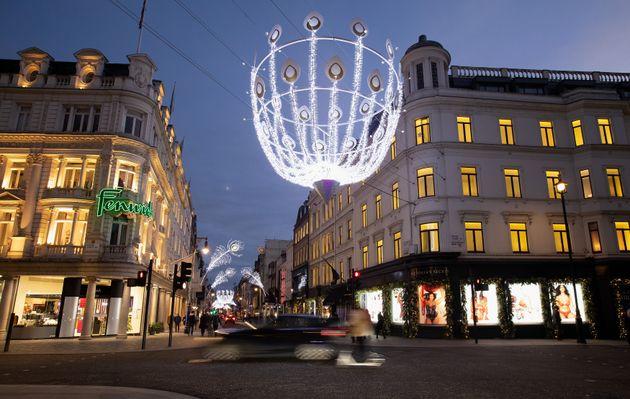 Des décorations lumineuses de Noël installées dans les rues de Londres, le 22 novembre...