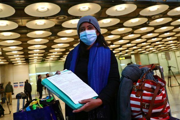 Una pasajera muestra su PCR negativa en el Aeropuerto Adolfo Súarez-Madrid Barajas, tras llegar...