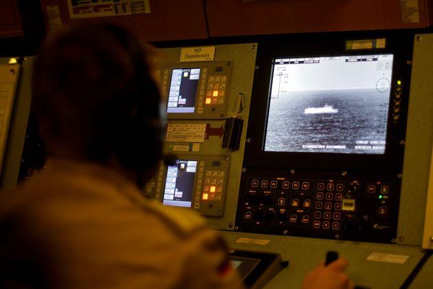 Η εικόνα ενός πλοίου υπό επιτήρηση φτάνει μέσω θερμικής κάμερας στο κέντρο Διοίκησης Πληροφοριών υπό το βλέμμα αξιωματικού του γερμανικού πολεμικού πλοίου «Bonn», κοντά στην τουρκική πόλη της Σμύρνης, στις 26 Μαϊου 2016. Εν προκειμένω, το «Bonn» περιπολούσε στο Αιγαίο σε μία προσπάθεια να περιορίσει το μεταναστευτικό ρεύμα μεταξύ Τουρκίας και Ελλάδας.(AP Photo/Markus Schreiber)