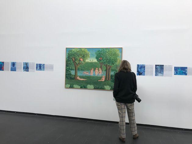 Visitante frente a la obra de Isabel Villar y Diana