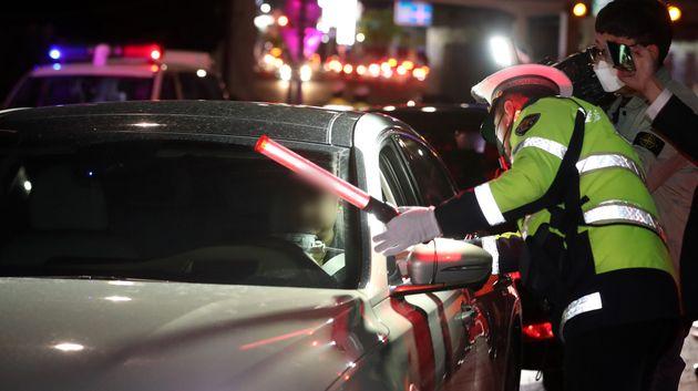 20일 오후 경기도 광주시 역동삼거리에서 경찰이 일회용 덮개를 씌운 비접촉식 음주감지기를 활용해 음주단속 시범운영을 하고