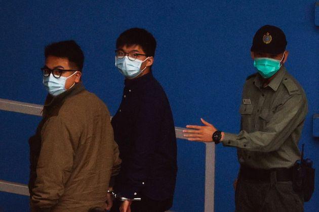 이날 수감된 세 명에 대한 선고공판은 다음주에 열릴 예정이다. 사진은 이반 람과 조슈아 웡이 수감되는 모습. 홍콩. 2020년