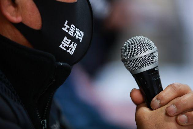 24일 서울 중구 민주노총 교육장에서 열린 '민주노총 총파업-총력투쟁 선포 및 대정부, 대국민 제안 기자회견'에서 한 참가자의 마스크에 '노동개악 분쇄' 문구가 새겨져 있다.