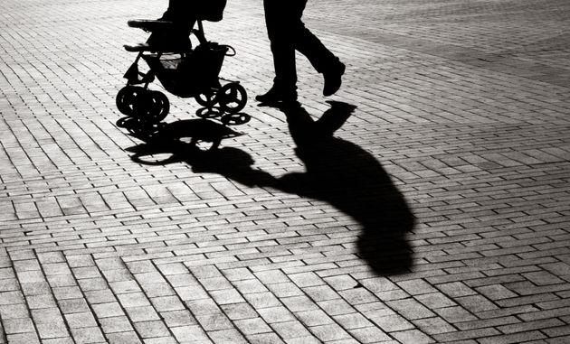 Drogado y a la fuga: mata a una bebé de 10 meses al arrollar su carrito en un paso de