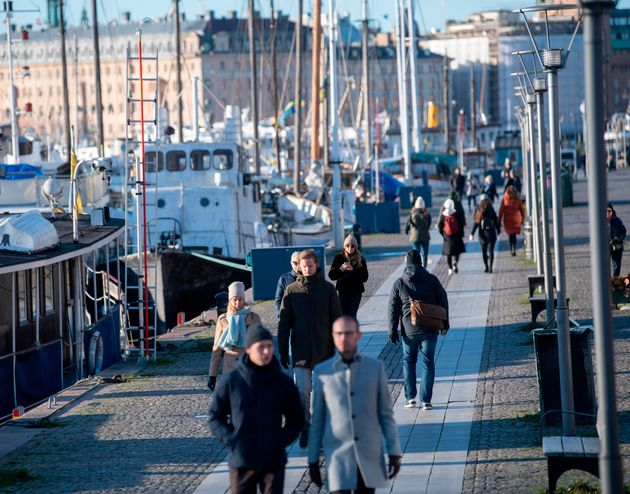 La gente pasea por el puerto de Standvagen en Estocolmo (Suecia) el 20 de noviembre de