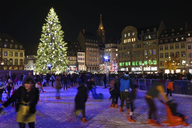 La patinoire fréquentée lors du marché de Noël de Strasbourg, le 23 novembre...