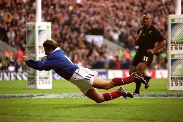 Le 31 octobre 1999, à Londres, Christophe Dominici a inscrit sous les yeux de Jonah Lomu un essai...