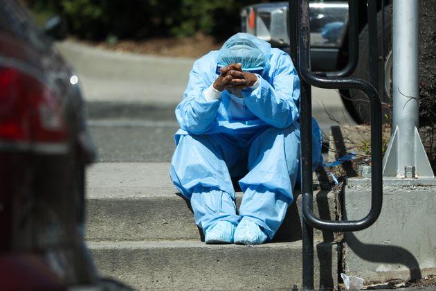 Un trabajador sanitario, desolado a las puertas de un hospital en Nueva