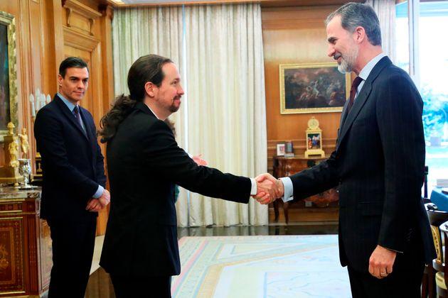 Pablo Iglesias saluda a Felipe VI ante la mirada atenta de Pedro Sánchez el pasado 4 de marzo...