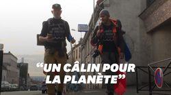 Ce duo franco-britannique marche de Marseille à Paris pour ramasser les masques dans la