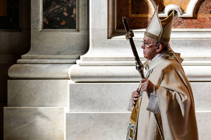 El Papa Francisco celebra la Misa en la Basílica de San Pedro, en el Vaticano, el 22 de noviembre de 2020. & nbsp;
