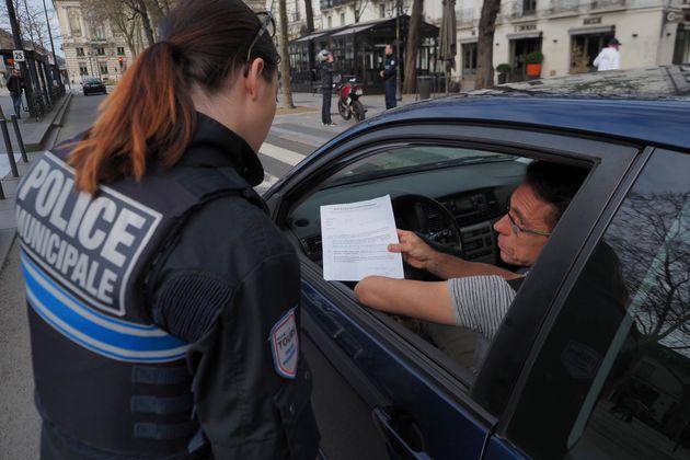 Un contrôle d'attestation de déplacement pendant le confinement, à Tours, le 17 mars