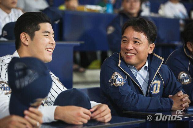 김택진(오른쪽) 엔씨소프트 대표 겸 엔씨다이노스 구단주가 2019년 9월26일 정규리그 마지막 홈경기에서 2020 신인선수들과 얘기를 나누며 경기를 관람하고