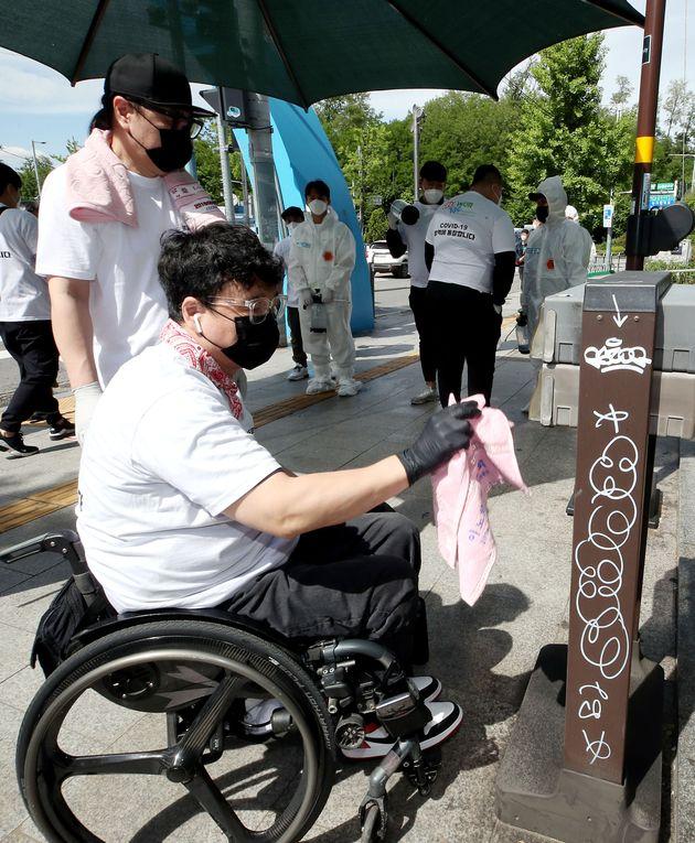 서울 용산구 이태원에서 '문나이트'를 운영하는 그룹 클론 강원래가 이태원 거리 방역에 참여하고
