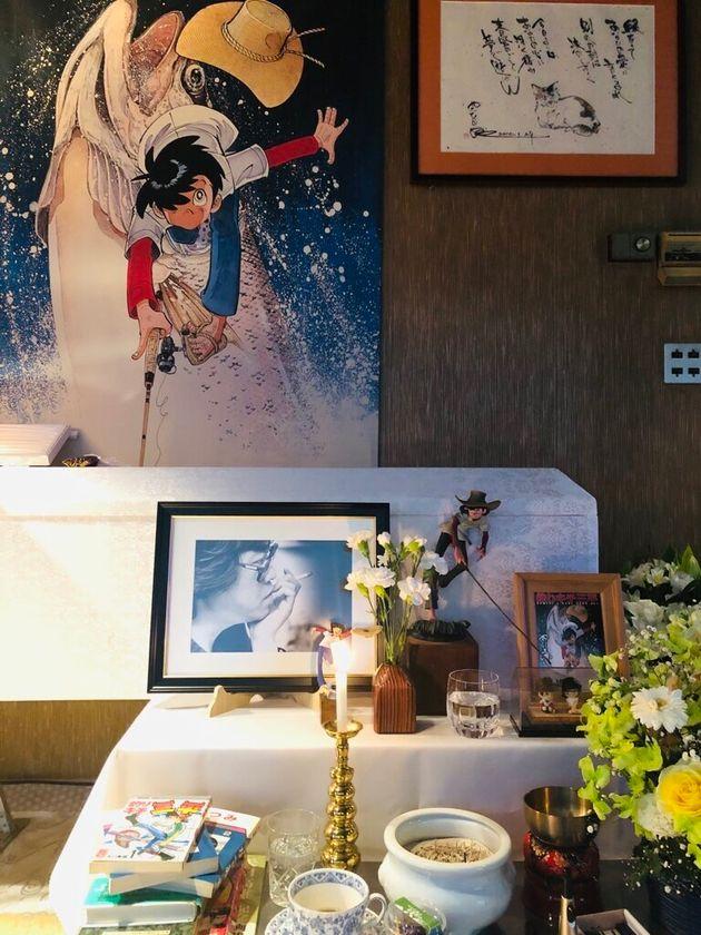 祭壇に飾られた「釣りキチ三平」。矢口高雄さんの訃報を伝える公式Twitterより