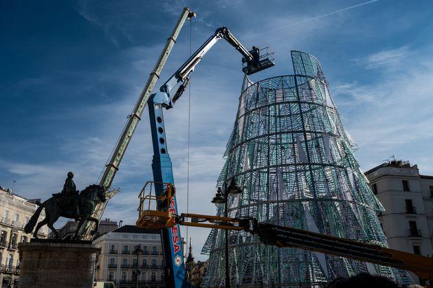 Instalación de un árbol de Navidad en la Puerta del Sol de Madrid el 13 de noviembre de...