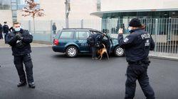 Un coche choca contra la puerta de la oficina de Angela Merkel en