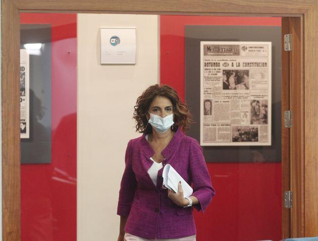 La ministra de Hacienda, María Jesús Montero, entra en la sala de prensa del Palacio de...