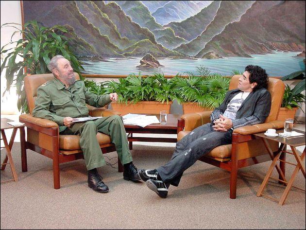 El exfutbolista Diego Armando Maradona y el entonces dictador cubano Fidel Castro en La Habana, el 28...