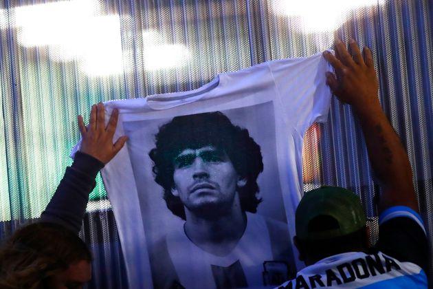 Los fans despiden a Maradona a las puertas de la clínica de Buenos Aires donde se encontraba