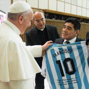 Il Papa ricorda Maradona pregando
