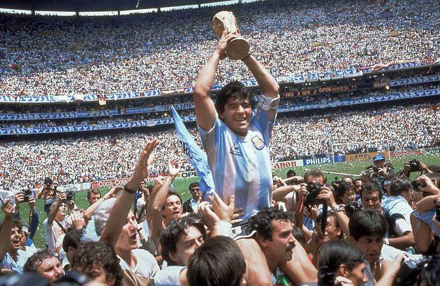 디에고 마라도나가 지난 1986년 6월 29일 멕시코 월드컵 잉글랜드와의 8강전에서 승리한 후 손을 들어보이며 환호하고