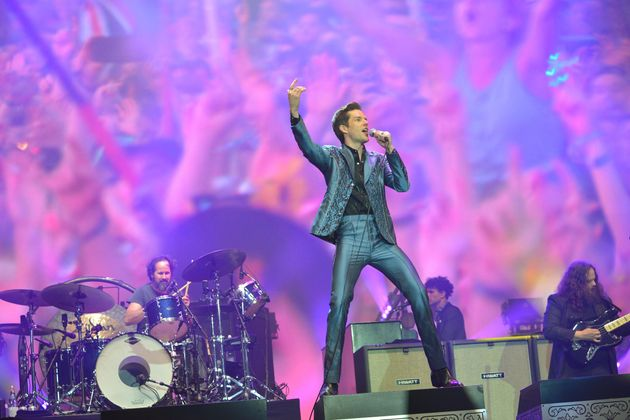 (자료사진) 록밴드 '더킬러스'의 브랜든 플라워스가 2019 글래스톤베리 페스티벌 무대에서 열창을 하고 있다. 2019년