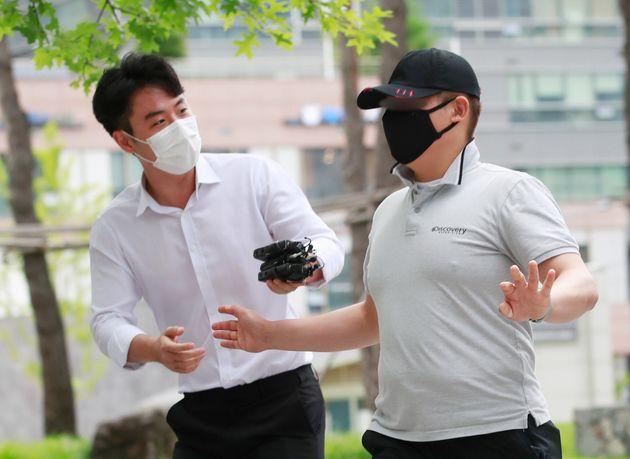 응급환자를 후송 중이던 구급차를 막아서 환자를 사망에 이르게 한 혐의를 받는 택시기사 최 모씨가 7월 24일 오전 서울동부지법에서 열린 영장실질심사에 출석하고
